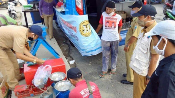 Disdagperin Lakukan Tera Ulang Timbangan Pedagang di Pasar Inpres Kalianda
