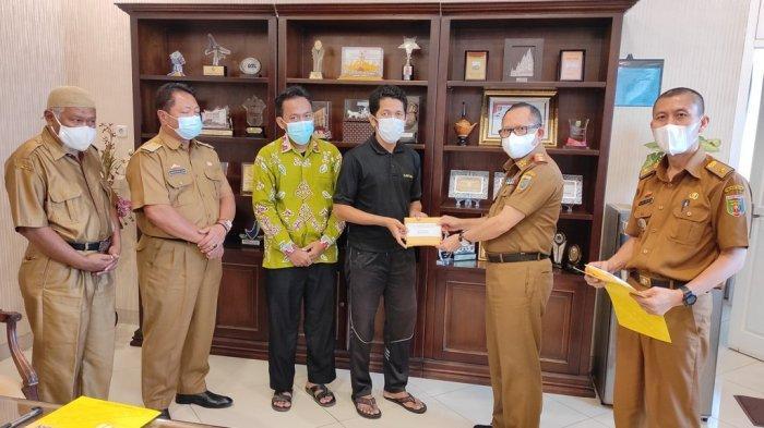 Kadisdikbud Lampung Sulpakar Serahkan Bantuan untuk Dua Guru di SMAN 2 Pringsewu