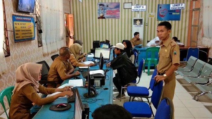 Disdukcapil Lamsel Kebut PR Pencetakan 5.000 e-KTP, Pegawai Lembur hingga Malam Hari