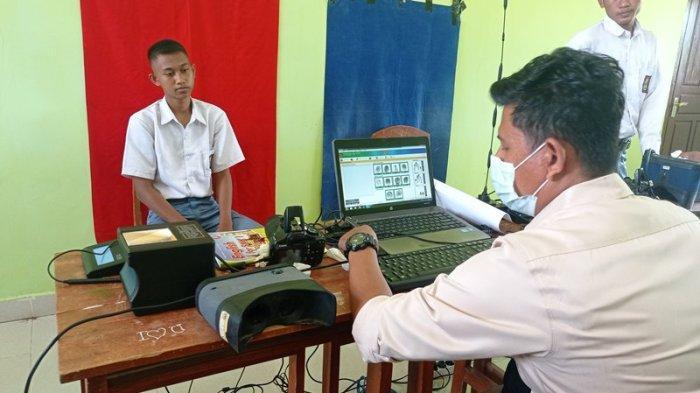 66 Pelajar di Way Serdang Mesuji Manfaatkan Layanan Jemput Bola Perekaman Adminduk