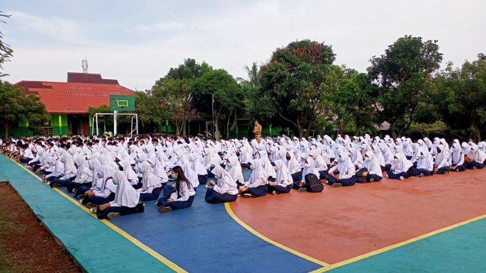 Ratusan siswa dari sejumlah sekolah di Lampung Utara mengikuti doa bersama menjelang pembelajaran tatap muka (PTM) di SMP Negeri 7 Kotabumi, Senin (30/8/2021).