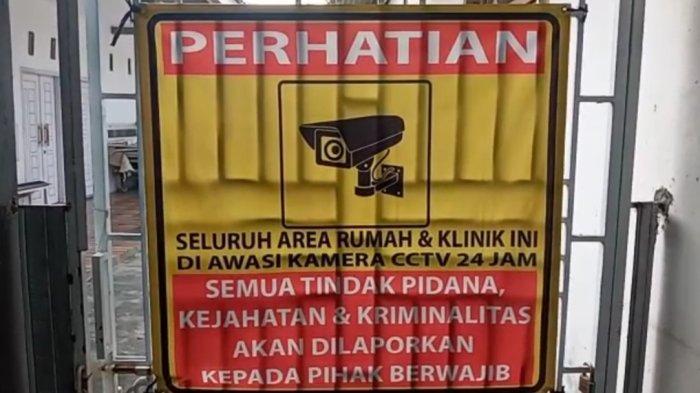 Pengumuman ada CCTV terpasang di klinik Desa Bandar Agung, Kecamatan Sragi, Lampung Selatan, Senin (11/10/2021).