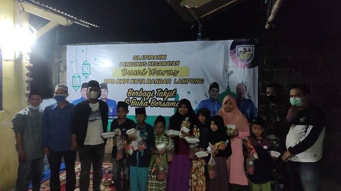 DPD KNPI Bandar Lampung Bagi Takjil dan Buka Bersama