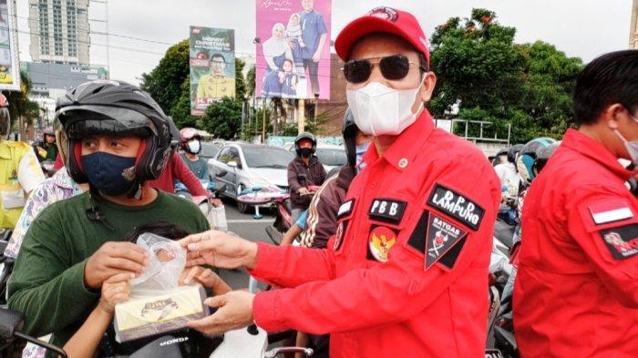 DPD PBB-Denpom II/3 Lampung Lakukan Giat Sosial Berbagi Takjil dan Masker di Tugu Adipura