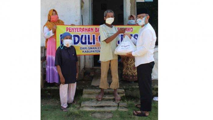 Peduli Kondisi Masyarakat Terdampak Covid-19, SMAN 2 Negeri Katon Beri Bantuan Sembako