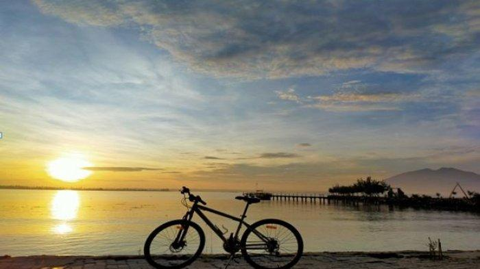 Bersepeda mengelilingi pantai grand elty krakatoa yang keren