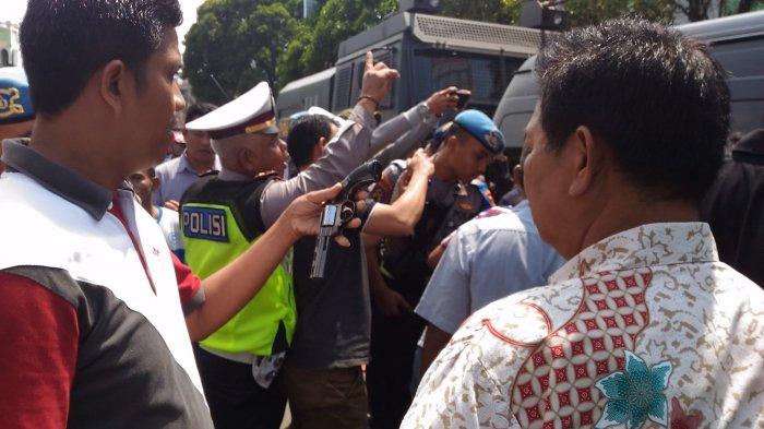 Dua Pembawa Senpi Diinterogasi di Pospam Stasiun Kereta Tanjungkarang