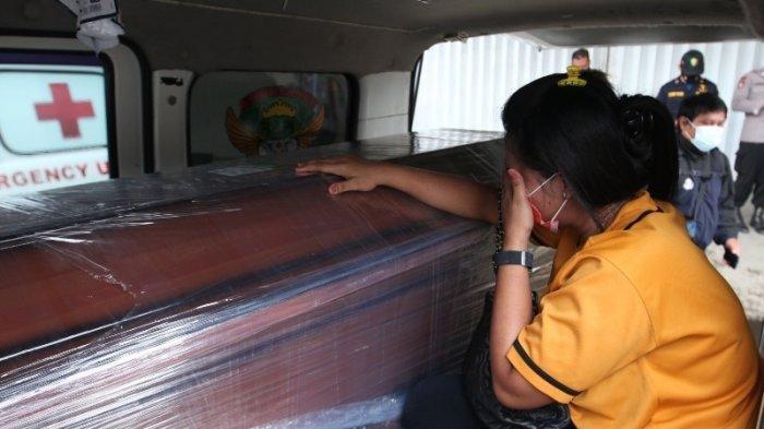 Duka Keluarga Korban Sriwijaya Air SJ182 Asal Lampung, Istri Yohanes Terus Peluk Peti Jenazah