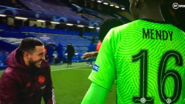 Gelandang Madrid Eden Hazard terlihat berbincang dengan mantan rekan setimnya di Chelsea usai kekalahan Real Madrid dari Chelsea di leg kedua semifinal Liga Champions Kamis (6/5/2021). Aksi tersebut menuai protes dari penggemar real madrid