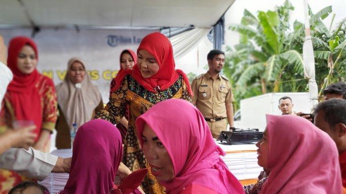 Bagikan Jamu Empon-empon di Panjang, Eva Dwiana Minta Warga Tanam Rimpang di Pekarangan Rumah