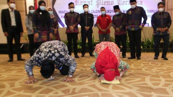 Eva Dwiana-Deddy Amarullah Sujud Syukur Ditetapkan sebagai Paslonkada Terpilih Bandar Lampung