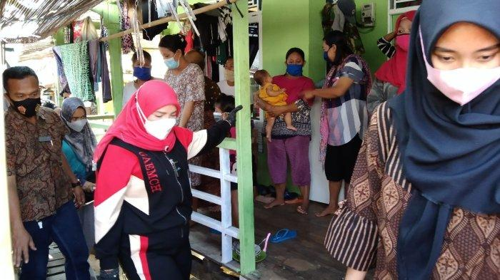 Eva Dwiana Jenguk Korban Ombak Besar di Gudang Lelang Bandar Lampung
