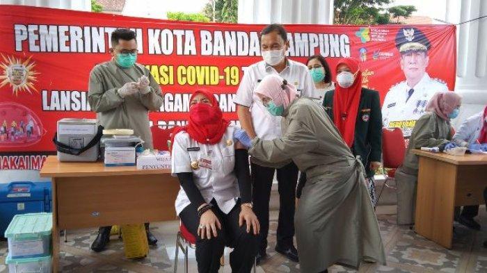 Wali Kota Bandar Lampung Eva Dwiana saat disuntik vaksin Covid-19 di Pemkot Bandar Lampung, Rabu (10/3/2021).