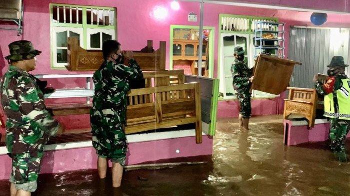 Danramil 410-04/TKT  Mayor Inf Sutoto Pimpin Evakuasi Warga yang Terkena Musibah Banjir