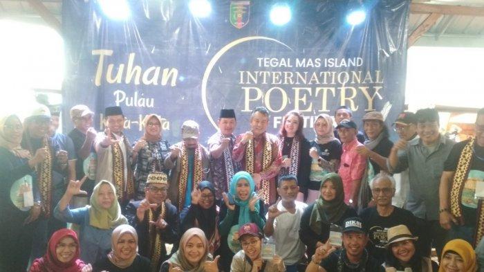 VIDEO Dua Srikandi Tegal Mas Tampil Baca Puisi di Festival Puisi Internasional