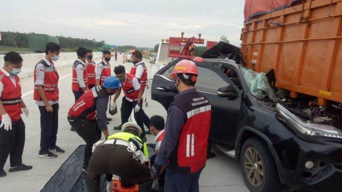 Petugas Polres Tulangbawang Barat mengevakuasi korban kecelakaan di Tol Lampung, tepatnya ruas tol Terbanggi Besar-Pematang Panggang-Kayu Agung (Terpeka) Km 200-600 (B) Kabupaten Tulangbawang Barat, Senin (21/12/2020) pagi. Kecelakaan itu melibatkan Toyota Fortuner B 1433 NJF dan truk Mitsubishi nopol B 9364 UYV.