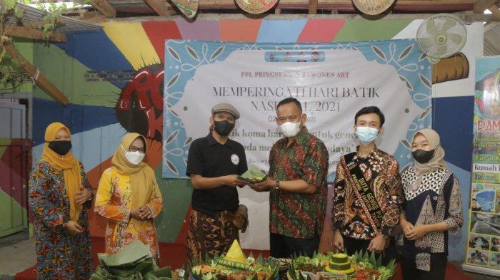 Pelajar di Pringsewu Lampung Peringati Hari Batik Nasional Secara Sederhana