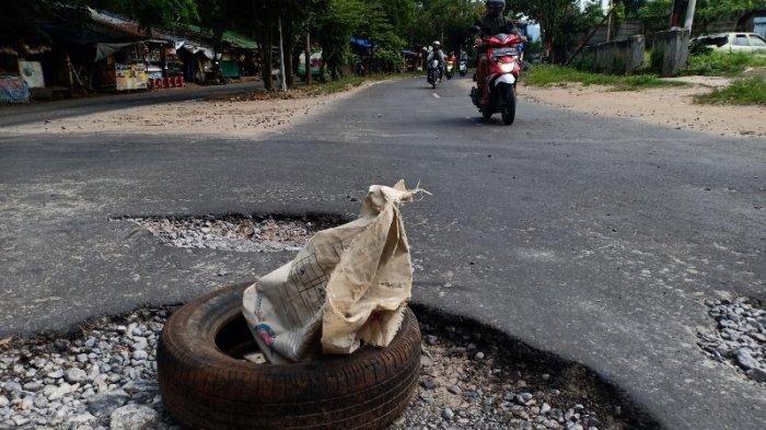 FOTO Hati-hati, Ada Lubang Besar di Jalan P Emir M Noer Bandar Lampung