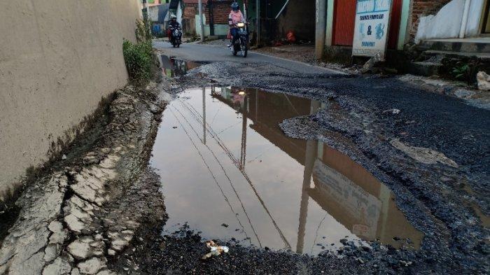 FOTO Jalan Rusak di Samping Flyover Untung Suropati Tak Kunjung Diperbaiki