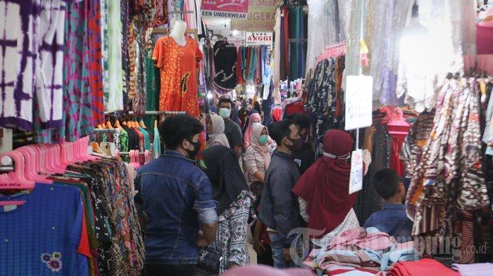 Suasana Pasar Bambu Kuning Trade Center yang terletak di Jalan Imam Bonjol, Tanjungkarang Pusat, Bandar Lampung, dipadati pembeli, Minggu (2/5/2021).