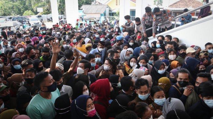FOTO Membludak, Polisi Tertibkan Kerumunan Warga Antre Vaksin di Masjid Al Furqon Bandar Lampung