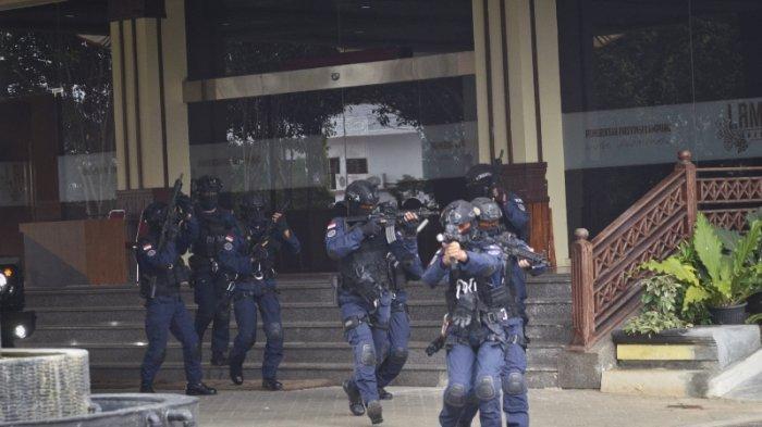 FOTO Simulasi Pembebasan Sandera di Komplek Kantor Gubernur Lampung