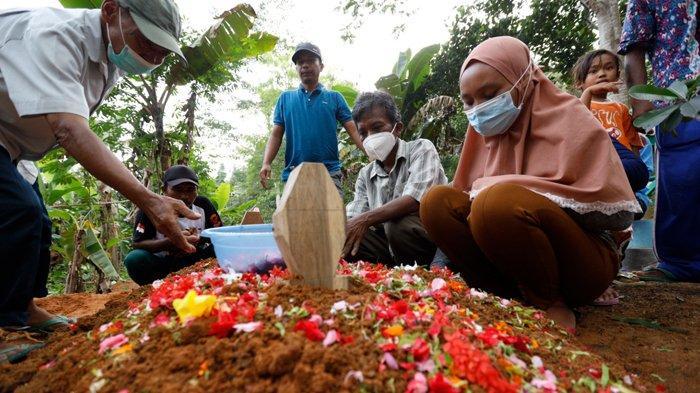 FOTO Suasana Haru di Pemakaman Korban Sriwijaya Air SJ 182 Jatuh Asal Lampung