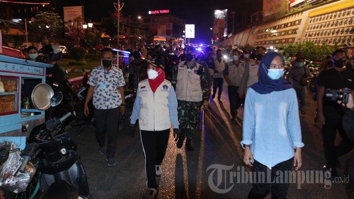 Wali Kota Bandar Lampung Eva Dwiana melakukan inspeksi mendadak (sidak) protokol kesehatan (prokes) pada malam takbiran atau sehari jelang Idul Fitri, di sejumlah tempat, Rabu (12/5/2021).