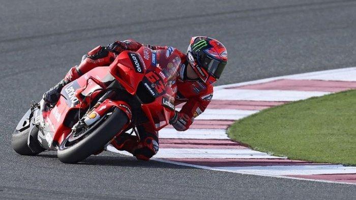 Pebalap Ducati Francesco Bagnaia saat lap pemanasan jelang MotoGP Qatar di Sirkuit Losail pada 28 Maret 2021.(AFP/KARIM JAAFAR)
