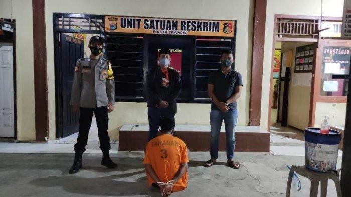 Tersangka Kasus Asusila di Mapolsek Sekincau. Seorang gadis 15 tahun asal Lampung Barat dirudapaksa pacar saat tidur.