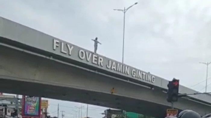 SEORANG gadis berniat bunuh diri dengan cara melompat dari Fly Over Jamin Ginting Keluruhan Beringin, Medan, Minggu