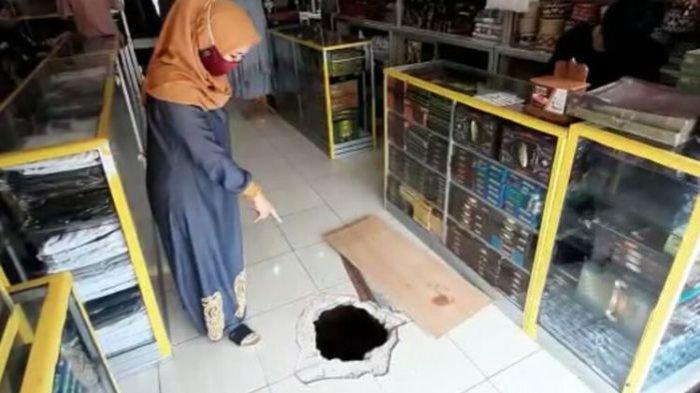 Rekaman CCTV Pencuri Gali Lubang Bawah Tanah Bobol Toko di Pasar Tengah Bandar Lampung