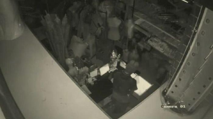 Pelaku pencurian dengan modus menggali lubang bawah tanah terekam kamera pengawas saat membongkar laci salah satu toko.