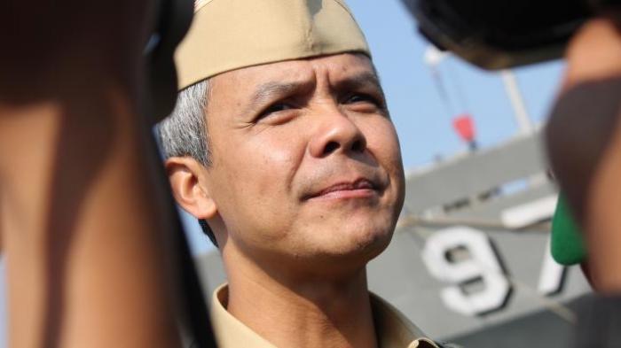 Gubernur Jawa Tengah, Ganjar Pranowo usai melepas 450 prajurit Kodam IV Diponegoro di Pelabuhan Tanjung Emas Semarang. Para Prajurit dikirm untuk bertugas di wilayah perbatasan Indonesia-Malaysia di Kalimantan Timur.