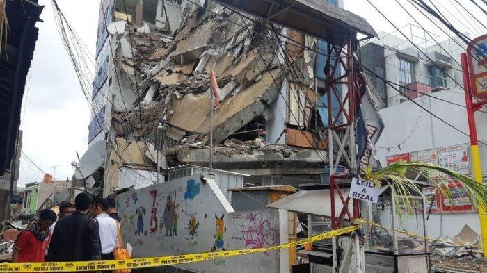 3 Karyawan Alfamart Berhasil Selamat dari Runtuhan Gedung yang Ambruk di Jakarta