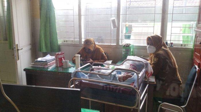 Bayi Laki-laki Terbungkus Jaket Hitam Jadi Rebutan Warga Bandar Lampung