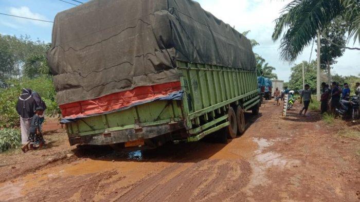 Kondisi jalan rusak di Dusun Nangkojajar, Desa Kalicinta, Kecamatan Kotabumi Utara, Lampung Utara, Minggu (14/3/2021).