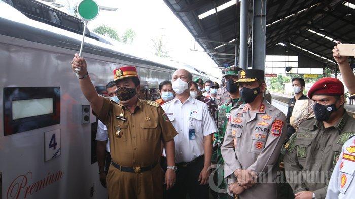Gubernur Arinal Djunaidi Sapa Penumpang KA , Ingatkan Prokes hingga Larangan Mudik Lebaran