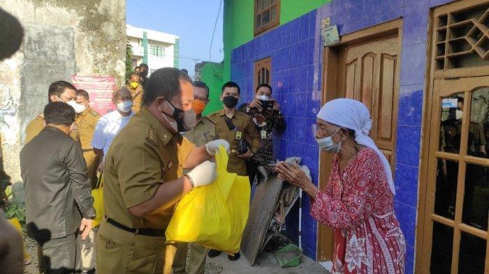 Gubernur Arinal Bagikan Sembako untuk Masyarakat Terdampak Covid-19 di Bandar Lampung