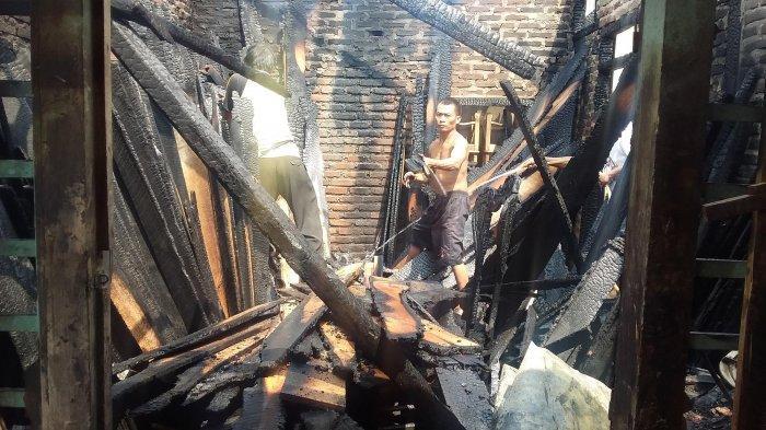 BREAKING NEWS - 3 Damkar Dibantu Warga Sekitar Berjibaku Padamkan Api di Gudang Mebel