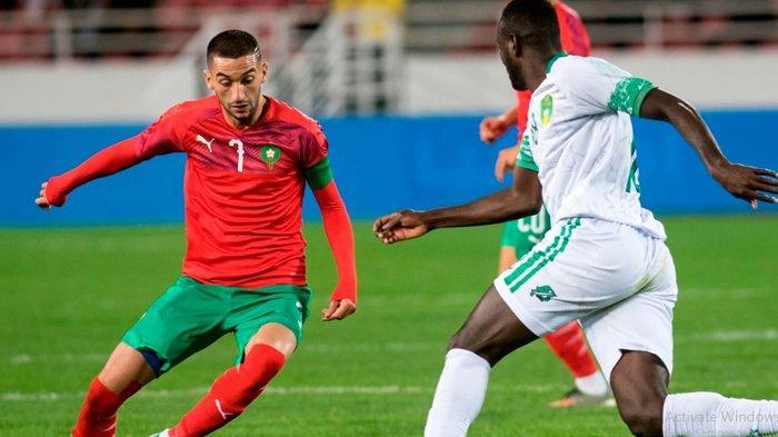 Hakim Ziyech (merah) saat membela Maroko dalam laga persahabatan melawan Senegal tengah pekan lalu. (chelseafc.com)