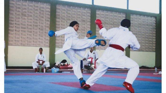 AKSI KARATE. Aksi Selly Septiani pada salah satu  turnamen karate tingkat internasional.