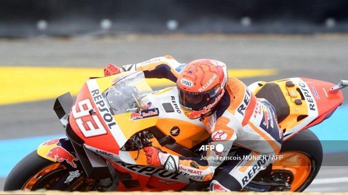 Pembalap Spanyol Tim Repsol Honda Marc Marquez mengendarai sepeda motornya, selama sesi kualifikasi Q2 MotoGP, menjelang Grand Prix Moto GP Prancis di Le Mans, barat laut Prancis, pada 15 Mei 2021. Berikut ini, hasil MotoGP Prancis 2021, di mana pembalap Ducati Jack Miller menjadi kampiun sementara Marc Marquez out of race akibat terjatuh.