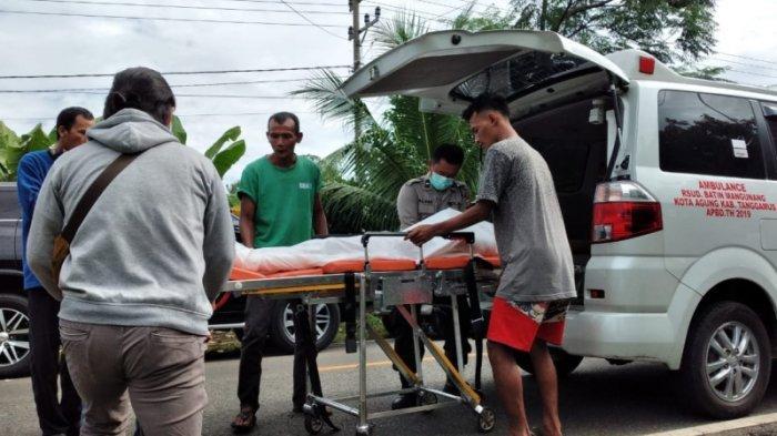 Jenazah Dedi (30), warga Pekon Kerta, Kecamatan Kota Agung Timur, Tanggamus, dibawa ke rumah sakit. Dedi ditemukan tewas bersimbah darah di dalam kamarnya, Selasa (19/1/2021).