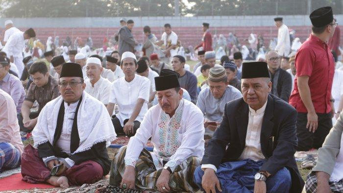 FOTO: Wali Kota Herman HN Melaksanakan Salat Id Idul Fitri 1440 Hijriah di Stadion Pahoman