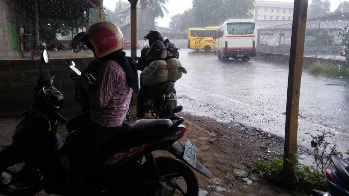 BERITA FOTO - Pengendara Berteduh dari Guyuran Hujan Lebat di Rajabasa