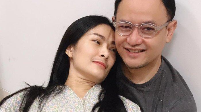 Iis Dahlia Unggah Momen Intim Bersama Suami, 'Anggap Lagi Pacaran'