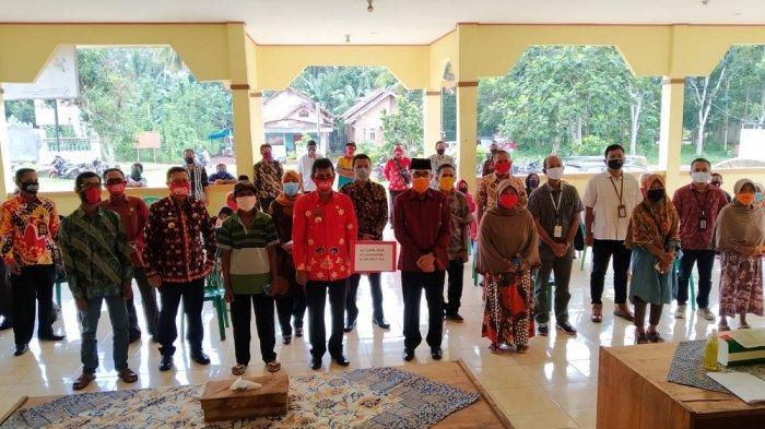 Bupati Lampung Timur Zaiful Bokhari Serahkan BLT Dana Desa di Kecamatan Mataram Baru
