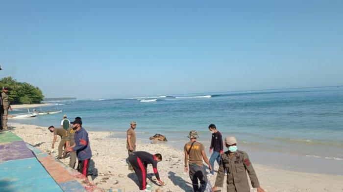 Pemkab Pesisir Barat dan Satuan Polisi Pamong Praja Lakukan Bersih-Bersih Pantai Labuhan Jukung