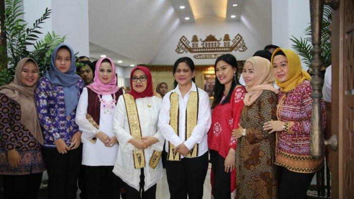 Tertarik Kain Tapis, Ibu Negara Iriana dan Mufida Jusuf Kalla Kunjungi Dekranasda Lampung